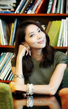 오윤아 (Oh Yoon-a): the cooler, less shady boss of Korean actors (see Kim Sa-rang for comparison)