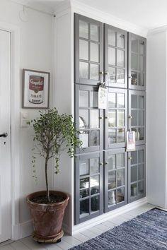 Ett lantligt kök i grått att inspireras av. Homespos Emilie Cederquist har satt sin egen prägel på köket med enkla medel.
