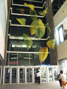 Sculptures for atria and smaller spaces in public and private buildings. Painted silk organza stretched across steel and aluminium structures. Commissioned by The Art Management Specialist. Hong Kong for the entrance Atrium Window Display Design, Artwork Display, School Murals, Mall Design, Art Lessons Elementary, Ceiling Decor, Outdoor Art, New Leaf, Atrium