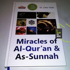 """BUKU FENOMENAL DR. ZAKIR NAIK  Dr. Zakir Naik merupakan seorang cendikiawan muslim internasional yang tidak diragukan lagi keilmuwannya. Salah satu buku beliau adalah """"Miracles of Al-Qur'an & As-Sunnah"""". Buku tersebut menjelaskan penemuan-penemuan ilmiah masa kini yang ternyata sudah dijelaskan oleh Al-Qur'an dan As-Sunnah 14 abad yang lalu. Mulai dari penemuan dalam bidang fisika geografi geologi obat biologi embriologi astronomi hewan tumbuhan dan berbagai kejadian alam. Semua dijelaskan…"""