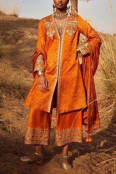 Orange bandhani kurta set designed by Anita Dongre at AASHNI+CO. Anita Dongre, Indian Fashion Designers, Designs For Dresses, Sabyasachi, Punjabi Suits, Asian Fashion, Kimono Top, Chiffon, Bridal