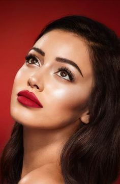 This Charlotte Tilbury collection will put you in that Hollywood state of mind. The Ultimate Hollywood Look is the perfect way to get a red-carpet ready look in minutes. Featuring some of Charlotte's magic best-sellers, this is a staple kit for your makeu Cindy Kimberly, Bridal Makeup, Wedding Makeup, Bridal Beauty, Makeup Carnaval, Charlotte Tilbury Hollywood Lips, Makeup Tips, Eye Makeup, Red Lipstick Makeup Looks