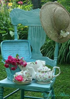 love this turquoise chair with accessories