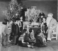Japanese children with Santa Claus at Minidoka Internment Camp Christmas early 1940's [2896 x 2577] #HistoryPorn #history #retro http://ift.tt/1RMbyzb