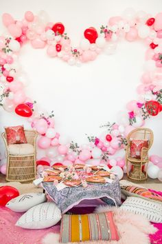 Looking for valentine's decoration ideas for brunch party this Galentine's? Marvel at these Valentine's day decor ideas tocreate the perfect party look. Valentinstag Party, Valentines Day Party, Valentines Day Decorations, Valentine Backdrop, Bridal Shower Checklist, Deco Ballon, Tea Party Theme, Brunch Party, Tea Party Bridal Shower
