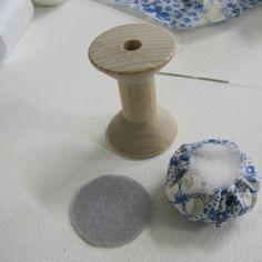 The Haby Goddess: How to make: Wooden Spool Pincushions Wooden Spool Crafts, Wood Spool, Vintage Sewing Notions, Vintage Sewing Machines, Sewing Spaces, Sewing Rooms, Cotton Reel Craft, Diy Cushion, Thread Spools
