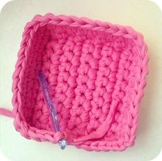 Crochet World pattern: doorknob organizer. Crochet Storage, Crochet Box, Diy Crochet And Knitting, Crochet Humor, Crochet Motif, Crochet Stitches, Crochet Patterns, Knit Basket, Basket Weaving