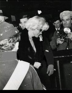 Marilyn Monroe leaving the theatre after seeing the play Brecht on Brecht, New York, Marilyn Monroe 1962, Marilyn Monroe Photos, Greenwich Village, Rare Images, Rare Photos, 1950s Movie Stars, Patrick Willis, Cinema Tv, Video X