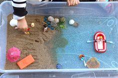 Véritable coup de coeur pour cette activité de bac sensoriel, proposée par Maman Nougatine ! Une mini plage pour les jouets avec laquelle les enfants vont pouvoir s'amuser dans le jardin ! Un monde miniature pour jouer à faire comme si...