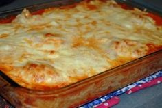 Baked ravioli Casserole - made this! Be careful! If you stick to the recipe, it will overflow a standard Pirex banking dish! Delicious, but need some adjusting for space Baked Ravioli Casserole, Ravioli Bake, Casserole Recipes, Cake Recipes, Ravioli Lasagna, Spaghetti Casserole, I Love Food, Good Food, Yummy Food