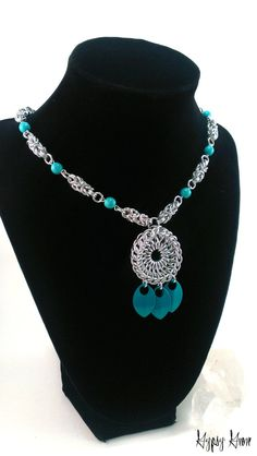 Turquoise Chainmaille Amulet Necklace por GypsyGrove en Etsy