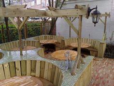 Buiten tafel met ronde zit gedeelte op maat bij restaurant