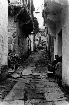 Muros, A Coruña, 1924. Rúa  estreita.
