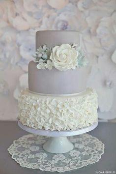 Bolo de #casamento em branco e prata com textura e flor de açúcar.