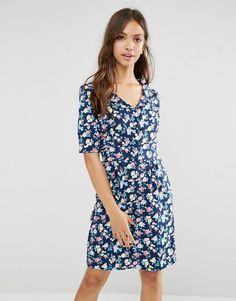 ¡Cómpralo ya!. Vestido con estampado floral Time For Tea de Trollied Dolly. Vestido by Trollied Dolly, En un acabado de tejido, Escote de pico, Cuello bebé, Tapeta de botones, Cinturilla elástica con fruncido en la parte trasera, Corte estándar - se ajusta al tallaje real, Lavar a mano, 100% poliéster, Modelo: Talla UK S/EU S/USA XS; Altura de 171 cm/5'7,5 , vestidoinformal, casual, informales, informal, day, kleidcasual, vestidoinformal, robeinformelle, vestitoinformale, día. Vestido ...