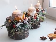 Candles atop wood slices with orange, pine and cinnamon. Candles atop wood slices with orang Christmas Flower Arrangements, Christmas Flowers, Christmas Candles, Christmas Centerpieces, Xmas Decorations, Christmas Wreaths, Christmas Ornaments, Homemade Christmas, Christmas Home