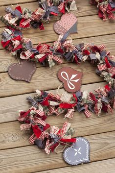Creative Valentines Outdoor Decorations For 2019 24 Day Ideas Country Christmas Decorations, Burlap Christmas, Noel Christmas, Valentines Day Decorations, Valentine Day Crafts, Christmas Projects, Holiday Crafts, Christmas Wreaths, Christmas Ornaments