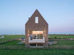 Personal Architecture uit Rotterdam ontwierp voor een perceel van bijna een kilometer lang in Zevenhuizen een huis met uitzicht op de weilanden en de kerktoren van Moerkapelle. Het huis mocht van d…