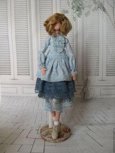 Купить или заказать Интерьерная кукла Дашенька в интернет-магазине на Ярмарке Мастеров. Скромная и мечтательная Дашенька. У девушки великолепный костюм: нежно-голубая блузка с жабо и многослойная юбка, подшитая тончайшим кружевом. Обута девочка в чудесные кожаные ботики.