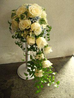 サムシングフォーのブルースターを入れて。 バラのキャスケードブーケ。 http://relier-fleurs.com/