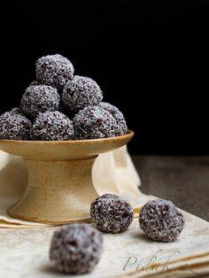 Obrázek z Recept - Rumové kuličky Christmas Cookies, Blackberry, Rum, Recipies, Food And Drink, Delicate, Navidad, Recipes, Blackberries