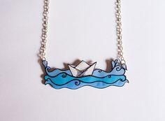 Barco de papel en el mar - Collar hecho a mano con colgante de plástico, incluye cadena plateada metálica, único.