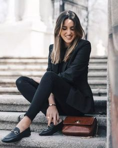Alba Hervás wears loafers in a classically cool style; paired with skinny black. Alba Hervás wears loafers in a classically cool style; paired with skinny black jeans and a pin stripe blazer. Keeping the look all black results in d. Casual Work Outfits, Professional Outfits, Work Attire, Office Outfits, Work Casual, Office Wear, Casual Office, Office Uniform, Chic Outfits