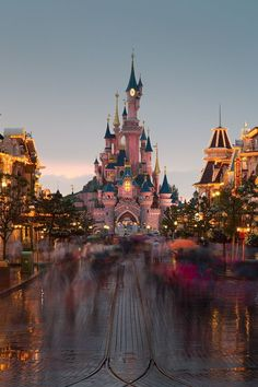 Disney Castle at Disneyland Disney Aesthetic, Travel Aesthetic, Disney Dream, Disney Em Paris, Voyage Disney, Chateau Disney, Disney Wallpaper, Disneyland Iphone Wallpaper, Disney Pictures