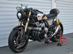 This lovely cafe racer was constructed in Australia. This Honda cafe racer is known as the LeatherHead you can most likely guess why. Honda Cafe, Honda Bikes, Cafe Bike, Honda Motorcycles, Custom Motorcycles, Custom Bikes, Indian Motorcycles, Motorcycle Headlight, Motorcycle Bike