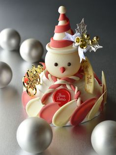 Christmas is an annual festival、important day, cakes and desserts are an important part of the good times in the festival. These simple Christmas cake ideas maybe can bring you an unforgettable holiday experience. Christmas Candy Bar, Christmas Cake Pops, Simple Christmas, Modeling Chocolate, Chocolate Art, Holiday Cakes, Christmas Desserts, Patisserie Design, Japanese Pastries