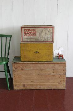 Oude kisten zo gaaf! ook de stoel die er naast staat die hadden we vroeger!