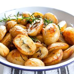 These Effortless Garlic Roasted Potatoes are the best roasted potato recipes ever! It's amazing that something so easy could taste so good. The rosemary and garlic complement each other well and make these potatoes stand out from the rest. Easy Roasted Potatoes, Roasted Potato Recipes, Rosemary Potatoes, Baked Potatoes, Roasted Garlic, Cook Potatoes, Easter Recipes Savoury, Greek Lemon Potatoes, Potato Side Dishes