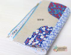 사각사각 파우치 만드는 방법입니다, 옆면의 처리방법이 색다른 파우치에요~ 그럼 같이 만들어 보실까요? ^... Pouch, Wallet, Quilted Bag, Floral Tie, Diy And Crafts, Quilts, Purses, Sewing, Pattern