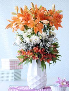 Les lys sont magnifiques dans un bouquet mélangé, associés à Alstroemeria, Statice et Lisianthus.
