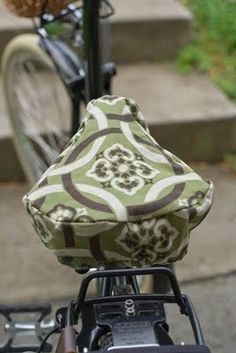 DIY bike seat cover for fancy leather saddles that need protection from the elements. Nice! By Bobbin and Sprocket.