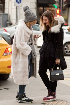На Юлии: джинсы Gap, рубашка Uterque, шапка Tak Ori, пиджак на талии Bilancioni, обувь Nike Air Max 1 SneakerBoot. На Алисе: Парка Yves Salamon ARMY, костюм Ottod Ame, сумка Balenciaga, обувь Nike Air Max 1 SneakerBoot