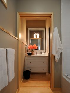 i would be a guest in this house... nice vanity for clothes & prepping...