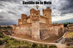 The Castle of the La Mota or Castillo de La Mota is a medieval fortress, located in the town of Medina del Campo, province of Valladolid, Spain. Chateau Medieval, Medieval Castle, Medieval Fortress, Beautiful Castles, Beautiful Buildings, Castle Ruins, Fortification, Spain And Portugal, Spain Travel