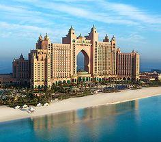 Atlantis The Palm, Dubai. El Hotel Atlantis es un resort que está situado en la isla Palma Jumeirah de Dubái, Emiratos Árabes Unidos. Fue inaugurado el 20 de noviembre de 2008. El diseño arquitectónico se basa principalmente en el hotel Atlantis Paradise Island de las Bahamas.