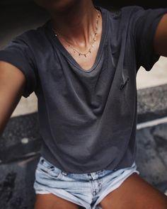 Tee-shirt loose + collier ultra fin = le bon mix (photo Andy Csinger)