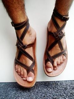 Bildresultat för how to make men gladiator sandals diy Gladiator Sandals, Leather Sandals, Shoes Sandals, Dress Shoes, Sock Shoes, Shoe Boots, Camp Shoes, Jesus Sandals, Male Feet