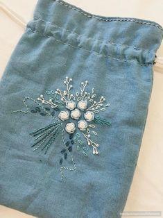 [BY 마노자수] 나의 초기 자수작품인 스트링 파우치 블리언로즈를 하고 싶어서 발동동하던 중이라 연습도... Embroidery Bags, Creative Embroidery, Floral Embroidery, Cross Stitch Embroidery, Embroidery Patterns, Bordado Tipo Chicken Scratch, Decorative Hand Towels, Linen Bag, Running Stitch