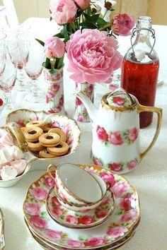 Pretty pink and white vintage tea set! Vintage Tea, Vintage China, Shabby Vintage, Vintage Roses, Party Set, Party Time, Dresser La Table, Café Chocolate, Teapots And Cups