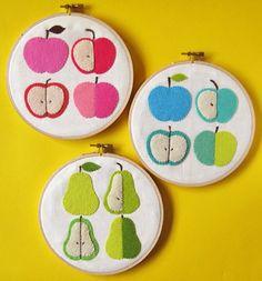 Peras y manzanas de fieltro en un bastidor. Apples & pears