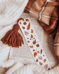 day 08 - autumnal aesthetic 🍂⁣ ⋆⁣⁣ this autumn leaves bookmark from gives me all the autumnal feels 🍁 this is… Creative Bookmarks, Diy Bookmarks, Autumn Aesthetic, Book Aesthetic, Watercolor Bookmarks, Watercolor Art, Bookmark Craft, Arts And Crafts, Paper Crafts