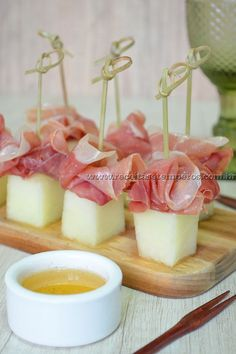 Receita de Melão com presunto Parma Melon recipe with Parma ham step-by-step. Access and check all the ingredients and how to prepare this delicious recipe! Snacks Für Party, Appetizers For Party, Appetizer Recipes, Toothpick Appetizers, Melon Recipes, Food Platters, Appetisers, Finger Foods, Food Inspiration