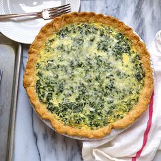 This easy make-ahead quiche recipe is a yummy brunch option & this Spinach Artichoke Quiche tastes like your favorite dip! Spinach Quiche Recipes, Artichoke Dip, Best Breakfast Recipes, Brunch Recipes, Brunch Menu, Yummy Recipes, Make Ahead Quiche Recipe, Greek Quiche Recipe, Meals