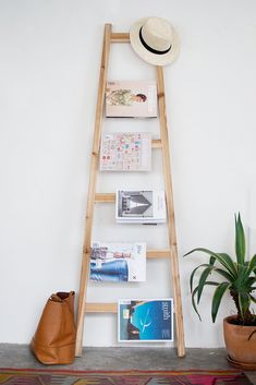 Quick DIY Magazine Rack (or blanket ladder! Old Ladder, Vintage Ladder, Diy Blanket Ladder, Diy Casa, Diy Clothes Videos, Blog Deco, Diy Storage, Home Decor Inspiration, Decor Ideas