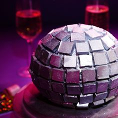 Mothers Day Brunch Discover Disco Ball Cake This cake is the perfect centrepiece to any New Years Eve party! New Years Eve Dessert, New Years Eve Food, New Years Eve Dinner, New Years Eve Party, Dessert Nouvel An, Pesto Vegan, Disco Cake, New Year's Desserts, New Year's Eve Appetizers