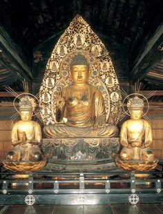京都  三千院。 阿弥陀如来坐像、観音・勢至菩薩坐像を安置。